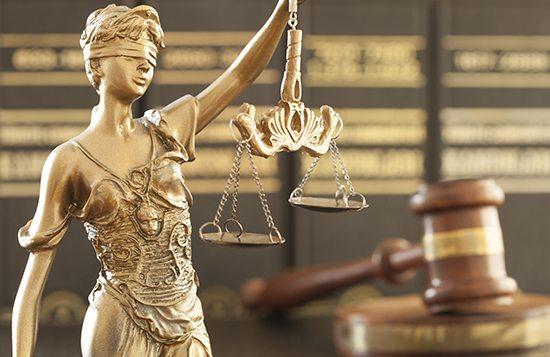 Puolustusasianajaja turvaa epäillyn oikeudet